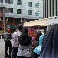 Photo taken at Azhar Station Special Nasi Ayam Goreng Kunyit by Himawar Tintin R. on 9/7/2012