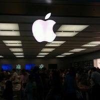 Photo taken at Apple Parquesur by Eduardo C. on 6/30/2012