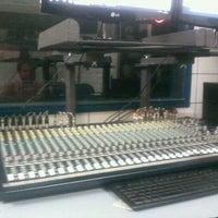 Photo taken at Laboratório de Rádio by Gi L. on 6/21/2012