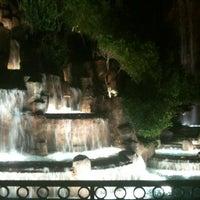 Foto tirada no(a) Wynn Waterfall por Hamilton G. em 9/1/2012