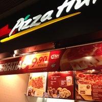 Photo taken at Pizza Hut by Ana Luiza G. on 7/11/2012