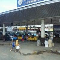 Das Foto wurde bei Khon Kaen Bus Terminal von Uamporn S. am 7/14/2012 aufgenommen