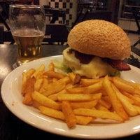 Foto tirada no(a) Cadilac American Burger por Cristhiano M. em 8/7/2012