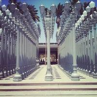 6/8/2012 tarihinde Danny L.ziyaretçi tarafından Urban Light at LACMA'de çekilen fotoğraf