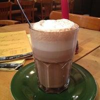Das Foto wurde bei Café Crème von Tiana L. am 4/26/2012 aufgenommen