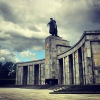 6/2/2012 tarihinde Ilyaziyaretçi tarafından Sowjetisches Ehrenmal Tiergarten'de çekilen fotoğraf