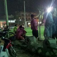 Photo taken at สนามหญ้าเทียม FOOT SOCC อุดรธานี by Suphansa P. on 3/2/2012