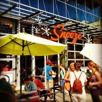 รูปภาพถ่ายที่ Snooze โดย Michael F. เมื่อ 9/8/2012