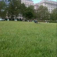 รูปภาพถ่ายที่ Green Park โดย Chris B. เมื่อ 6/29/2012
