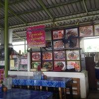 Photo taken at ร้านป้ายชมพู by ว่างเปล่า อ. on 6/21/2012