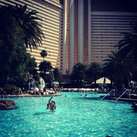 Photo prise au The Mirage Pool & Cabanas par Jessica S. le4/28/2012
