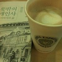 Photo taken at EDIYA COFFEE by Bongjun H. on 8/15/2012