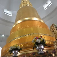 Photo taken at Wat Phra Si Mahathat by 👠💄Katzii🎀👗 on 8/3/2012
