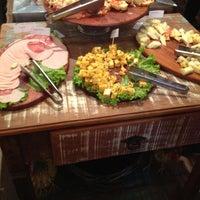 Снимок сделан в Jabuticaba Gastronomia пользователем Re P. 4/19/2012