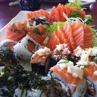 Foto tirada no(a) Sakae Sushi por Douglas O. em 8/31/2012