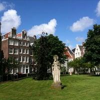 Foto tirada no(a) Begijnhof por Jeff T. em 7/13/2012