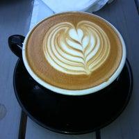 Foto tomada en Coffee Tomo por Anastasia L. el 8/18/2012