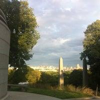 Das Foto wurde bei Mount Auburn Cemetery von Kat H. am 9/2/2012 aufgenommen