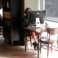 2/5/2012 tarihinde Sebastian D.ziyaretçi tarafından Starbucks'de çekilen fotoğraf