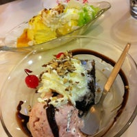 Photo taken at Swensen's by MInz M. on 6/19/2012