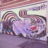 Foto tomada en Garage Pizza por Jon-o G. el 4/20/2012