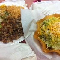 Foto tomada en Roberto's Taco Shop por Ivy Rose M. el 3/2/2012