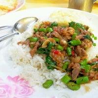 Photo taken at ต้นอ้อยอาหารตามสั่ง by Kimochii M. on 6/20/2012
