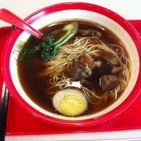 Photo taken at 厚粮酸菜牛肉拉面 Hou Liang Pickled Beef Noodles by Ethan W. on 8/10/2012