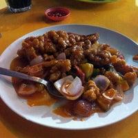 Photo taken at Restoran Kari Kepala Ikan Tiga by Eddie H. on 2/22/2012