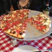 Foto scattata a Grimaldi's Pizzeria da Alexandar B. il 8/12/2012