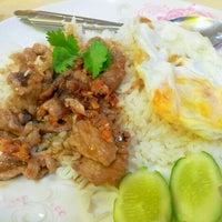 Photo taken at ต้นอ้อยอาหารตามสั่ง by Kimochii M. on 6/12/2012