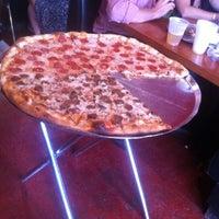 6/12/2012 tarihinde Gorgeous Georgeziyaretçi tarafından Serious Pizza'de çekilen fotoğraf