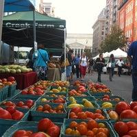 Foto tomada en Penn Quarter FRESHFARM Market por Tammy G. el 9/6/2012