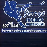 8/18/2012 tarihinde Sean B.ziyaretçi tarafından Jerry's Hockey Warehouse'de çekilen fotoğraf