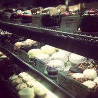8/2/2012 tarihinde Melissaziyaretçi tarafından Crumbs Bake Shop'de çekilen fotoğraf