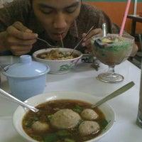 Photo taken at Pondok Bakso Rahmat by Anisa P. on 4/15/2012