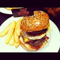 Das Foto wurde bei Fat Boy's The Burger Bar von yangg b. am 8/31/2012 aufgenommen