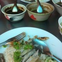 Photo taken at ข้าวมันไก่ หน้าองค์การ by Dej T. on 4/28/2012