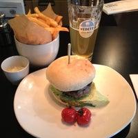 Photo prise au Ellis Gourmet Burger par JT le5/19/2012