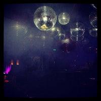 Foto tomada en Lotus Club por Stephanie E. el 8/5/2012