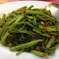 Foto diambil di Sam Yu Seafood Restaurant (三有海鲜饭店) oleh May T. pada 3/21/2012