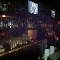 Foto tomada en Raven Bar por C J. el 3/24/2012