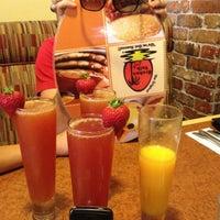 รูปภาพถ่ายที่ Broken Yolk Cafe โดย Debbie N. เมื่อ 7/8/2012