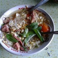 Photo taken at Soto Sapi Gumyak Kang Kasidi by mauradingga on 6/26/2012