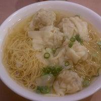 Photo taken at 102 Noodles Town 永旺飯店 by Francois D. on 2/26/2012