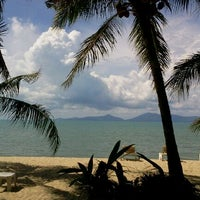 Photo taken at Bophut Beach by Khemjira K. on 4/14/2012