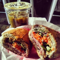 4/29/2012 tarihinde Treyciziyaretçi tarafından Xe Máy Sandwich Shop'de çekilen fotoğraf