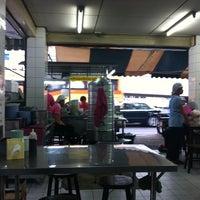 Photo taken at Kai Ton Pratunam (Go Arng) by Aoy P. on 3/24/2012