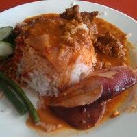 Photo taken at Nasi sumatera by Abdul Razak S. on 3/19/2012