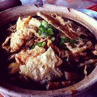 Photo taken at Kiang Kee Bak Kut Teh 强记肉骨茶 by Jaynee L. on 8/23/2012
